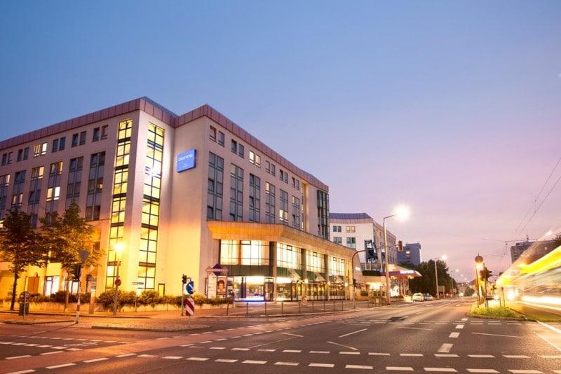 Dorint Hotel Dresden Aussenansicht am Abend